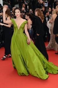 Zhang Yuqi mengenakan gaun off shoulder rancangan Ulyana Sergeenko Couture.
